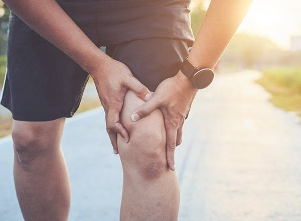 man-knee-pain